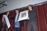 ANGELO SORINO riceve premio da MARCO CAGNOLATI -autore del quadro e del logo-