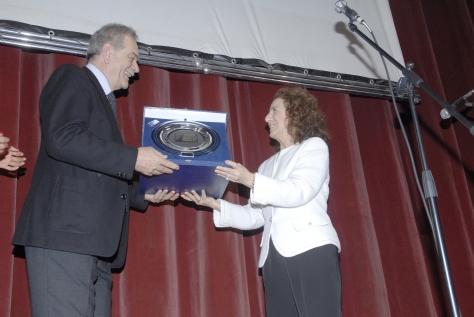La presidente Onoraria Francesca Crocitti consegna il Premio alla carriera a Marco Bonetti